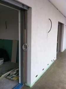 Montaggio ultimato del controtelaio isolato, posa del serramento e intonaco finito
