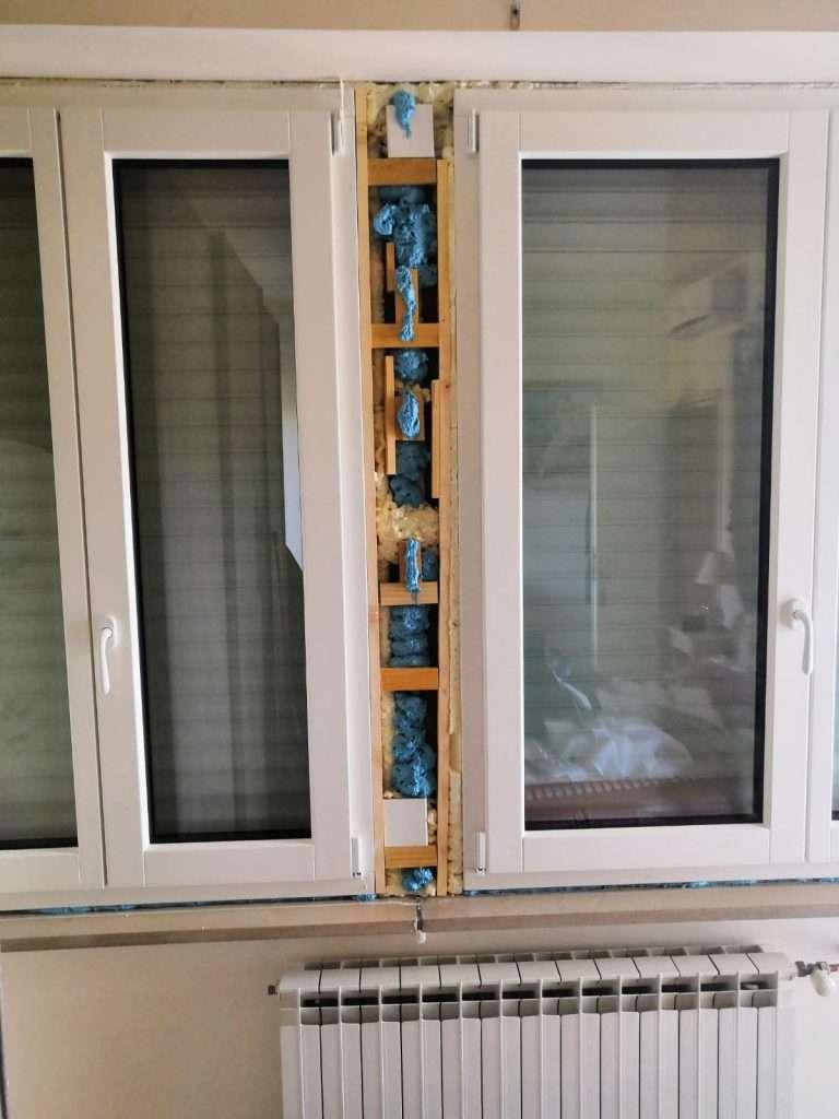 serramenti_ivrea_brianese_come_lavoriamo_posaqualificata: finestra isolata male con evidente schiuma e silicone in vista